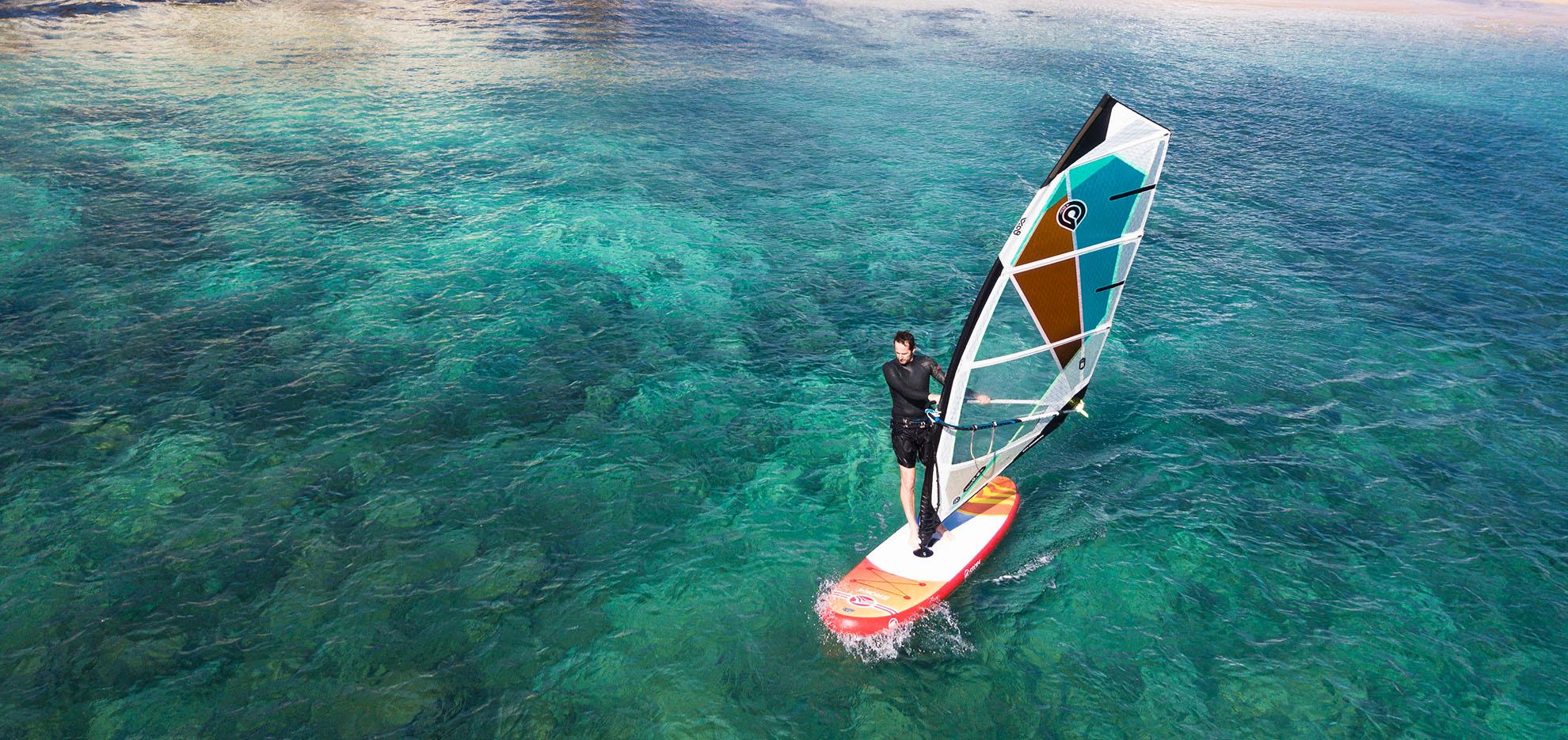 planche a voile avec un paddle gonflable